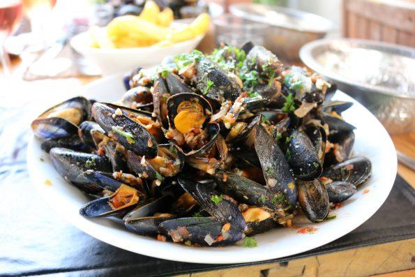 mussels 2114006 595x397 - Wokół stołu - jak to ugryźć - raki, owoce morza, kawior