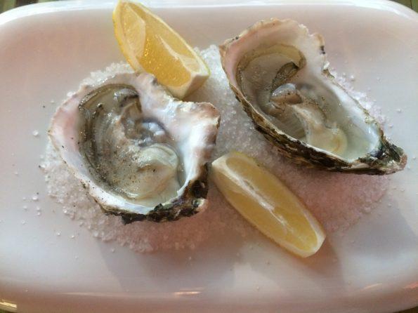 oysters 2092002 595x446 - Wokół stołu - jak to ugryźć - raki, owoce morza, kawior