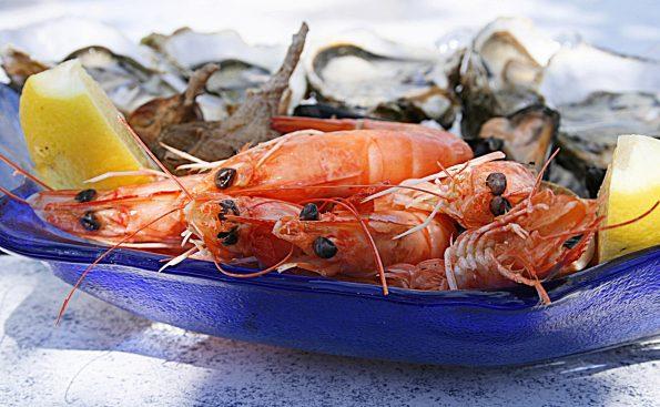 shrimp 1502724 595x367 - Wokół stołu - jak to ugryźć - raki, owoce morza, kawior