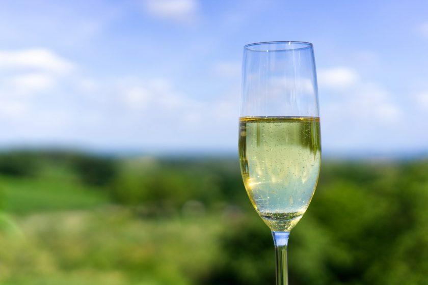 champagne 3599797 840x560 - Moje ulubione polskie wina musujące