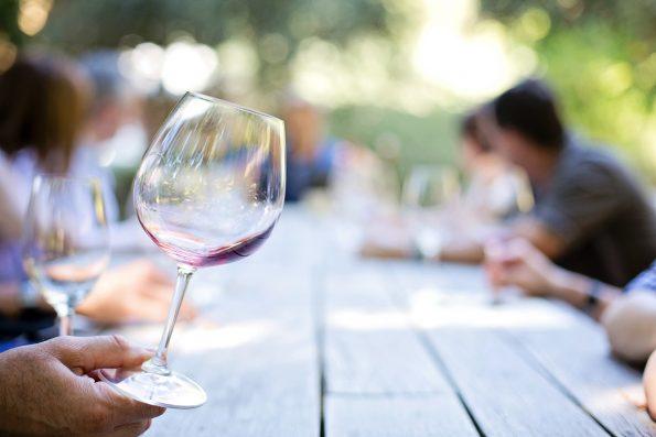 wineglass 553467 1920 595x397 - [Wiedza o winie] Temperatury serwowania wina