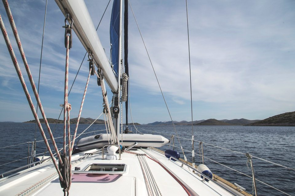 sailboat 950352 1920 1 960x640 - Wino pod żaglami - winnice Dalmacji